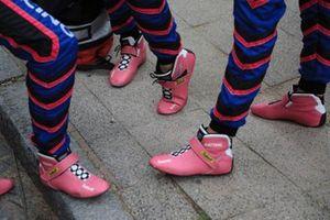 #83 Kessel Racing Ferrari 488 GTE: Manuela Gostner, Rahel Frey, Michelle Gatting, dettaglio delle scarpe