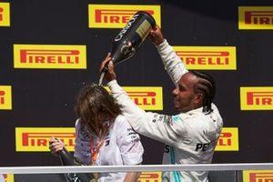 Lewis Hamilton, Mercedes AMG F1, prima posizione, versa Champagne sul suo compagno di squadra sul podio