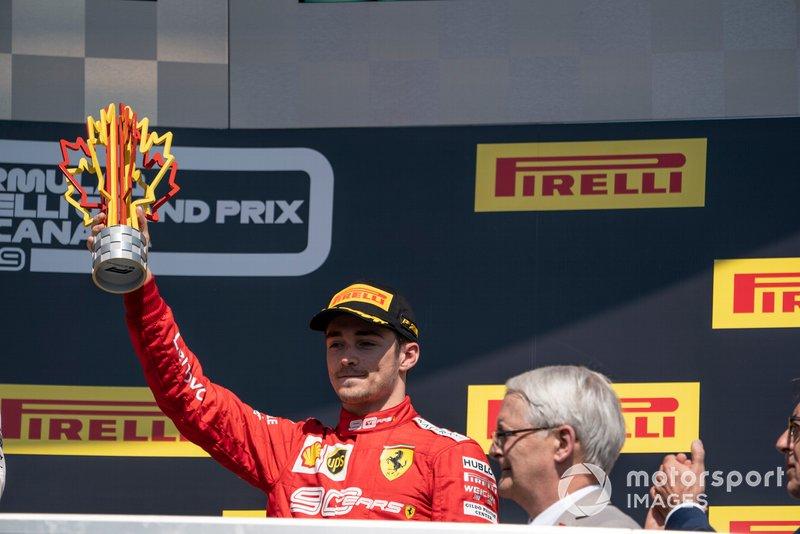 Charles Leclerc, Ferrari, terza posizione, solleva il suo trofeo
