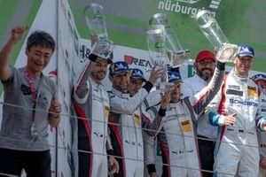 Podio: secondo posto #911 Manthey-Racing Porsche 911 GT3 R: Earl Bamber, Michael Christensen, Kevin Estre, Laurens Vanthoor