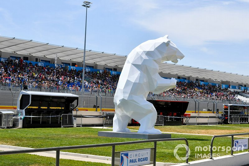 Estatua del oso en el pit lane
