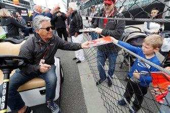 Mario Andretti con fans