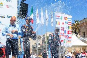 Подиум: руководитель Hyundai Shell Mobis WRT Андреа Адамо, победитель Дани Сордо и обладатель третьего места Андреас Миккельсен