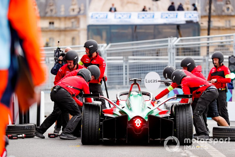 Lucas Di Grassi, Audi Sport ABT Schaeffler, Audi e-tron FE05, pit stop