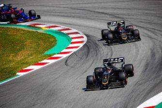 Romain Grosjean, Haas F1 Team VF-19, devant Kevin Magnussen, Haas F1 Team VF-19, et Daniil Kvyat, Toro Rosso STR14