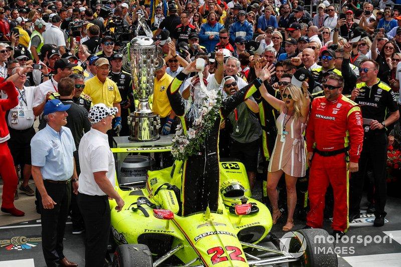 Simon Pagenaud, Team Penske Chevrolet fête sa victoire avec la traditionnelle bouteille de lait