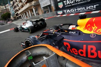 Max Verstappen, Red Bull Racing RB15, raakt leider Lewis Hamilton, Mercedes AMG F1 W10