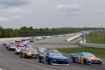 William Byron, Hendrick Motorsports, Chevrolet Camaro Hendrick Autoguard Kyle Busch, Joe Gibbs Racing, Toyota Camry M&M's Hazelnut