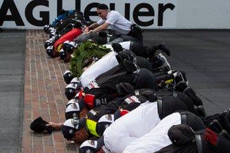 Simon Pagenaud, Team Penske Chevrolet, et son équipe embrassent les briques