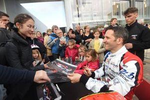 #39 Graff Racing Oreca 07-Gibson: Vincent Capillaire signs autographs