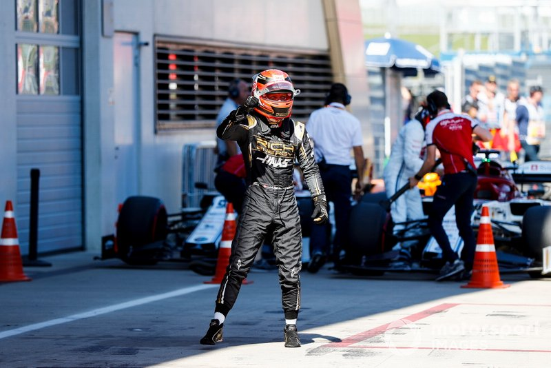 Magnussen celebrates fifth in qualifying