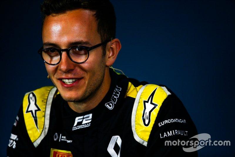 Su gran éxito en la GP3 2018 le hizo ganarse el total apoyo de Renault, que le tenía en su programa de jóvenes pilotos.
