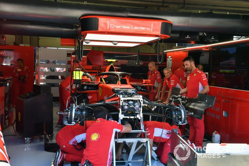 I meccanici Ferrari costruiscono l'auto di Charles Leclerc, Ferrari SF90, nel garage