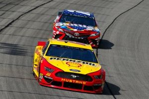 Joey Logano, Team Penske, Ford Mustang Shell Pennzoil and Kyle Busch, Joe Gibbs Racing, Toyota Camry Skittles Red, White & Blue