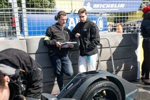 Stoffel Vandoorne, HWA Racelab, in conversation with an engineer on the grid