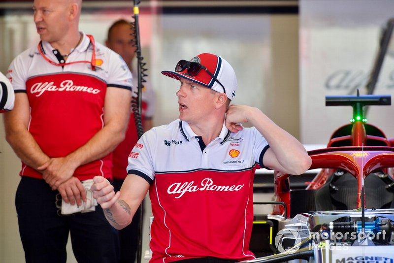Kimi Raikkonen, Alfa Romeo Racing parle aux ingénieurs