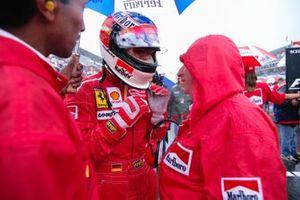 Michael Schumacher parle avec Jean Todt sur la grille
