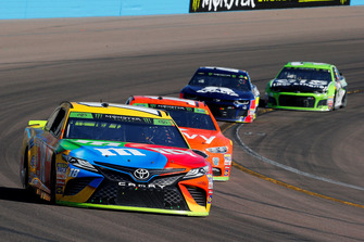 Kyle Busch, Joe Gibbs Racing, Toyota Camry M&M's and Clint Bowyer, Stewart-Haas Racing, Ford Fusion ITsavvy