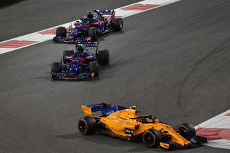 Stoffel Vandoorne, McLaren MCL33 devant Brendon Hartley, Toro Rosso STR13 et Pierre Gasly, Toro Rosso STR13