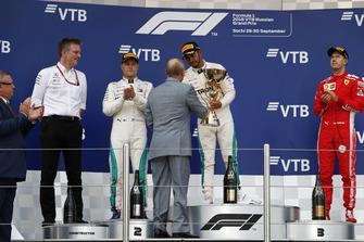 Racewinnaar Lewis Hamilton, Mercedes AMG F1 ontvangt de trofee van Vladimir Poetin, president Rusland