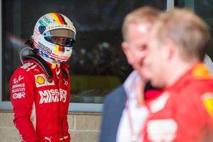 Sebastian Vettel, Ferrari, osserva mentre Kimi Raikkonen, Ferrari, 1° classificato, viene intervistato da Martin Brundle, Sky Sports F1