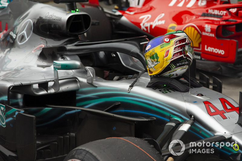 Casco de Lewis Hamilton, Mercedes AMG F1 W09 EQ Power+ in Parc Ferme