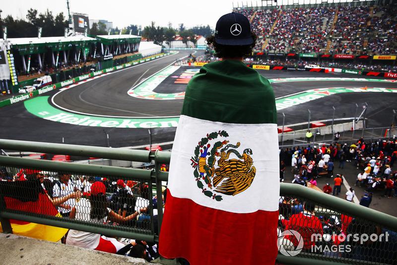 Tifoso con una bandiera del Messico, nel settore dello stadio