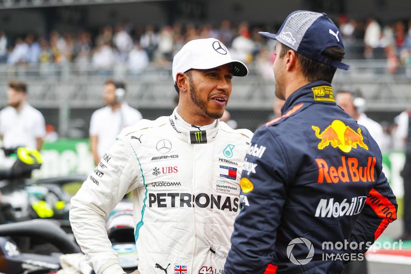 Lewis Hamilton, Mercedes AMG F1, si congratula con Daniel Ricciardo, Red Bull Racing, per la pole position