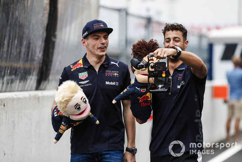 Max Verstappen, Red Bull Racing, y Daniel Ricciardo, Red Bull Racing, hacen un video con puppets