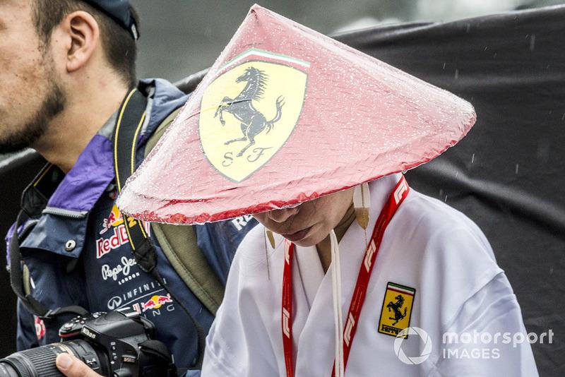 Азиатская коническая шляпа с логотипом Ferrari – почему нет?