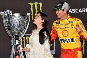 NASCAR Cup-Champion 2018: Joey Logano, Team Penske, Ford Fusion, mit Ehefrau Brittany