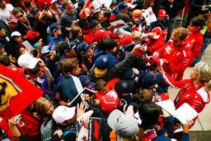 Sebastian Vettel, Ferrari, signe des autographes pour les fans