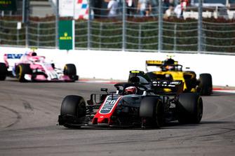 Kevin Magnussen, Haas F1 Team VF-18, voor Carlos Sainz Jr., Renault Sport F1 Team R.S. 18, en Esteban Ocon, Racing Point Force India VJM11
