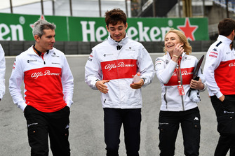 Charles Leclerc, Sauber recorre la pista con Xevi Pujolar, Jefe de Ingeniería de Pista Sauber y Ruth Buscombe, Estratega de Carrera Sauber