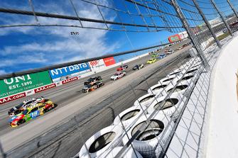 Kyle Busch, Joe Gibbs Racing, Toyota Camry M&M's e Regan Smith, Leavine Family Racing, Chevrolet Camaro Procore
