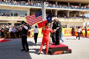 Sebastian Vettel, Ferrari, met de zanger van het volkslied
