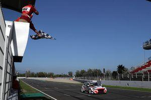Checkered flag for Norbert Michelisz, M1RA Hyundai i30 N TCR