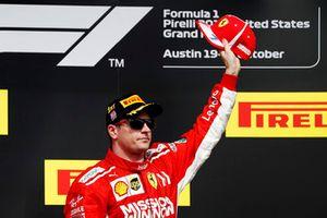 Kimi Räikkönen, Ferrari, świętuje na podium po wygraniu wyścigu