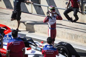 Pascal Wehrlein, Mahindra Racing, M5 Electro zet zijn helm af