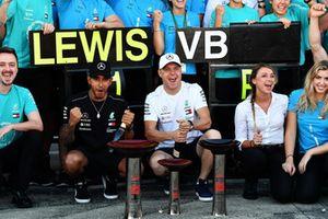 Lewis Hamilton, Mercedes AMG F1 et Valtteri Bottas, Mercedes AMG F1, fêtent la victoire de l'équipe
