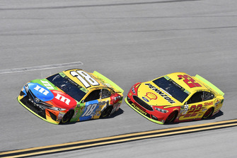 Kyle Busch, Joe Gibbs Racing, Toyota Camry M&M's, Joey Logano, Team Penske, Ford Fusion Shell Pennzoil