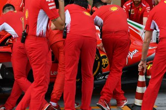 Charles Leclerc, Ferrari SF71H with missing bodywork and Ferrari mechanics
