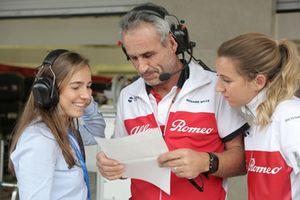 Paula Calderon con dei membri del team Sauber