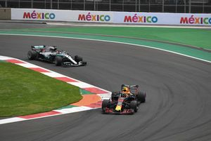 Max Verstappen, Red Bull Racing RB14 devant Lewis Hamilton, Mercedes-AMG F1 W09