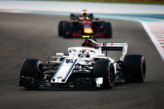 Charles Leclerc, Sauber C37 leads Daniel Ricciardo, Red Bull Racing RB14