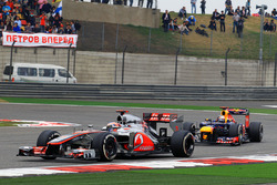 Дженсон Баттон, McLaren MP4-27, и Себастьян Феттель, Red Bull Racing RB8