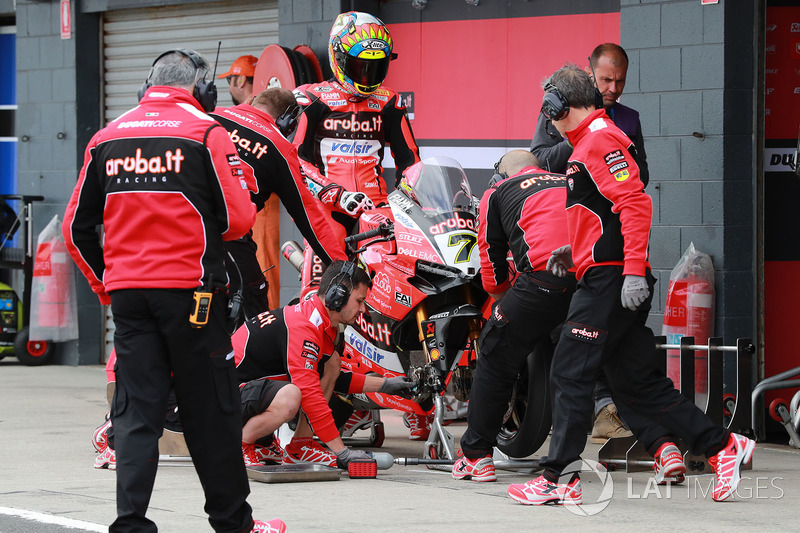 Chaz Davies, Aruba.it Racing-Ducati SBK Team Pirelli tyre change
