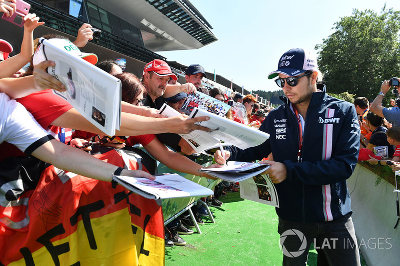 Sergio Perez, Force India signs autographs for the fans