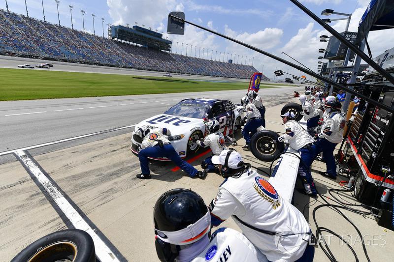 Brad Keselowski, Team Penske, Ford Fusion Stars, Stripes, and Lites, effettua un pit stop, Sunoco