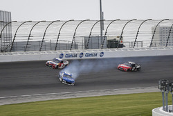 Dreher: Kyle Larson, Chip Ganassi Racing, Chevrolet Camaro Credit One Bank, vor Kyle Busch, Joe Gibbs Racing, Toyota Camry Skittles Red White & Blue
